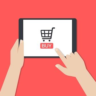 Hände halten ein tablet und berühren den bildschirm, während sie die mobile online-shopping-anwendung verwenden