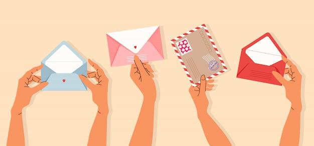 Hände halten umschläge. vielzahl von isolierten händen, die postkarten und umschläge halten. trendige handgezeichnete illustration für banner-, grußkarten- und briefpapierdesign. postzustellung und post