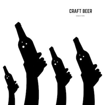 Hände mit schwarzen silhouetten der bierflaschen lokalisiert auf weißer hintergrundillustration