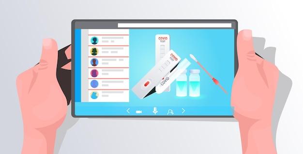 Hände mit tablet-pc mit covid-19-tupfer-nasentest und schnellkassette auf dem bildschirm kampf
