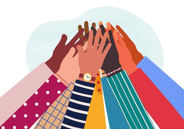 Hände verschiedener gruppen von menschen zusammen erhoben.