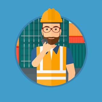 Hafenarbeiter, der auf drahtlosem radio spricht.