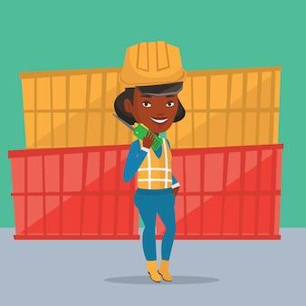 Hafenarbeiter, der über funk spricht.