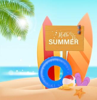 Hallo sommer design konzept. holzschild mit hallo sommertext und strangelementen wie buntes surfbrett im hintergrund der küste. illustration.