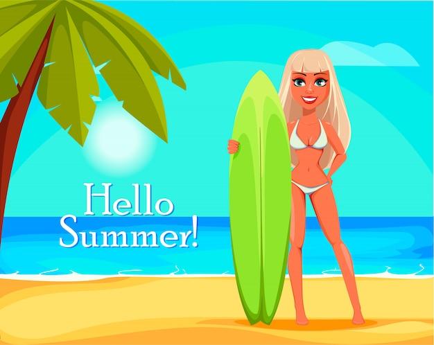 Hallo sommer. frau mit einem surfbrett am strand