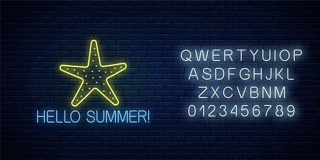 Hallo sommer leuchtende neonreklame mit seesternsymbol mit alphabet auf dunkler backsteinmauer.