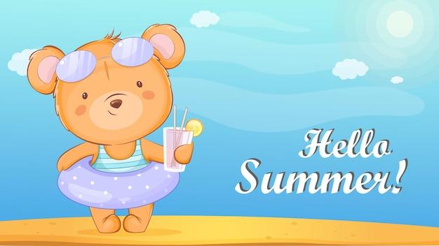 Hallo sommer netter kleiner bär am sandstrand lustiger zeichentrickfigurenbär mit cocktail und aufblasbarem ring