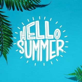 Hallo sommer schriftzug mit palmblättern
