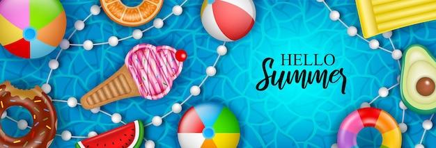Hallo sommerbanner mit aufblasbaren kugelmatratzen und schwimmringen auf dem wasser