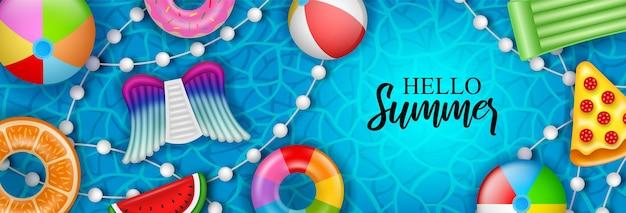 Hallo sommerbanner mit bunten aufblasbaren kugelmatratzen und schwimmringen auf poolwasser