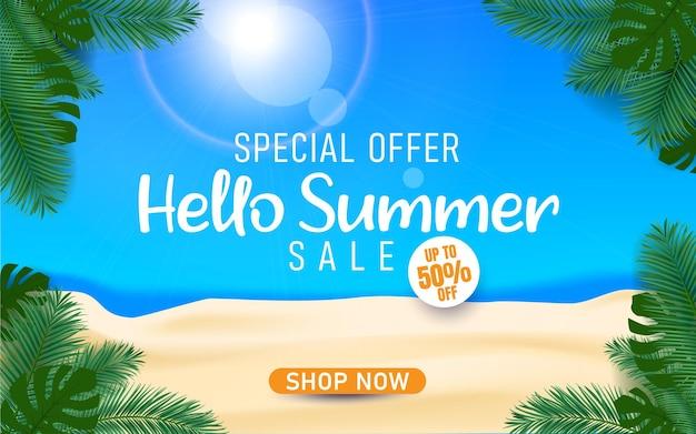 Hallo sommerschlussverkauf mit meeresstrand und palmenblättern