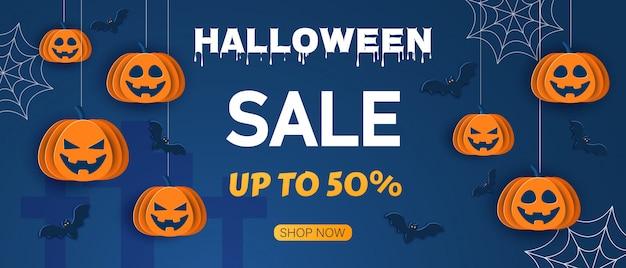 Halloween angebot designvorlage. verkaufshintergrund. karikaturartillustration. klassischer blauer hintergrund des halloween mit kürbissen und fledermäusen im papierstil,