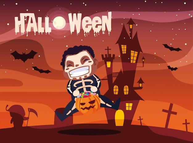 Halloween mit dem jungen, der vom skelett verkleidet wird