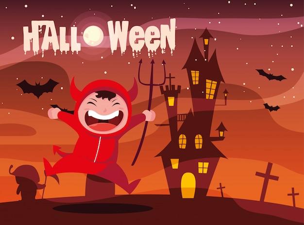 Halloween mit dem jungen, der vom teufel verkleidet wird