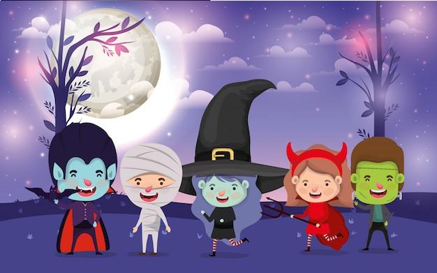 Halloween mit den kindern kostümiert in der dunklen nachtszene