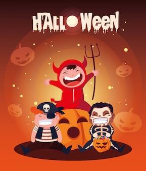 Halloween mit niedlichen kindern verkleidet