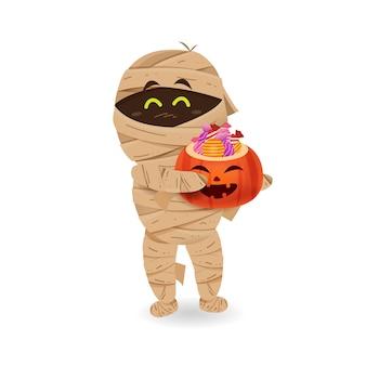Halloween-monster und geist costume_cute mama, die halloween-kürbiseimer mit süßigkeit mit lokalisiert trägt