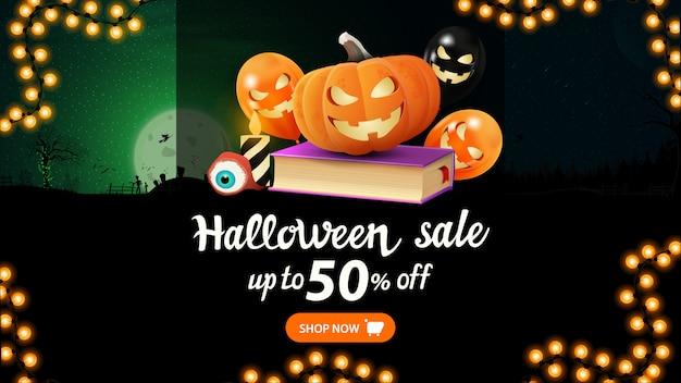 Halloween sale, bis zu 50% rabatt, rabatt-web-banner mit halloween-nachtlandschaft, zauberbuch, kürbis jack und halloween-luftballons