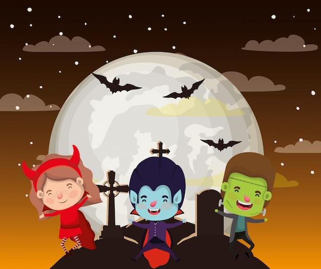 Halloween-szene mit kinderkostüm in der dunklen nacht