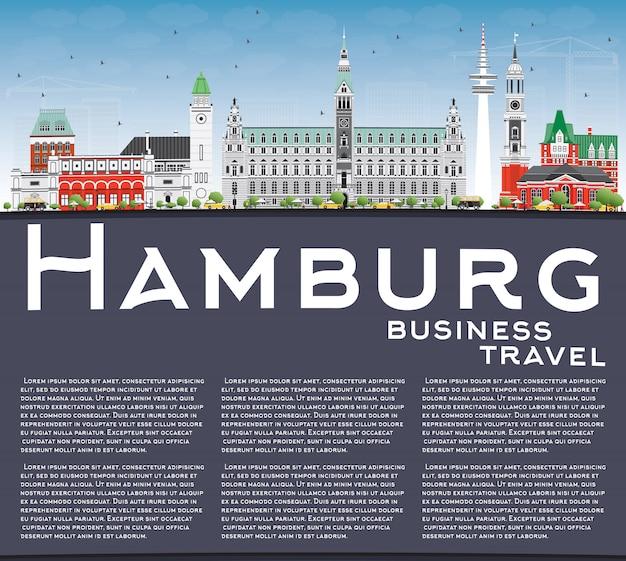 Hamburger skyline mit grauen gebäuden, blauem himmel und kopierfläche.