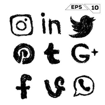 Hand der gezeichneten sozialen medienikonen lokalisiert auf weiß