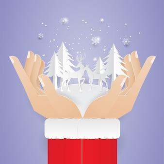 Hand des Menschen zwei, die Ren- und Weihnachtsbaumbeleg hält