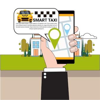 Hand, die das intelligente telefon bestellt taxi-auto mit beweglicher app hält