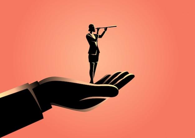 Hand, die eine geschäftsfrau mit teleskop anhält