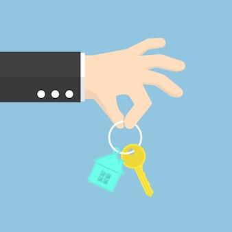Hand, die einen hausschlüssel hält