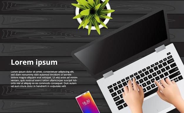 Hand, die laptop auf dem hölzernen schreibtisch mit illustration des telefons, anlage schreibt.