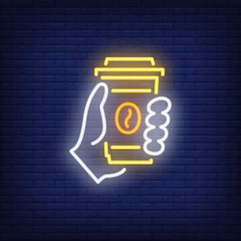 Hand, die wegwerfbares kaffeetasse-leuchtreklame hält