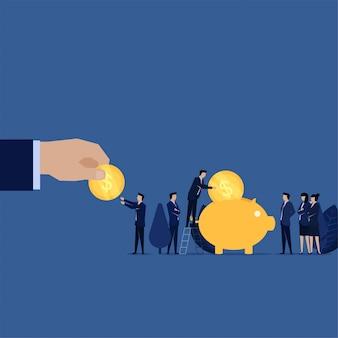 Hand geben dem geschäftsmann münze, der auf sparschweinmetapher der einsparung und der investition gesetzt wird.