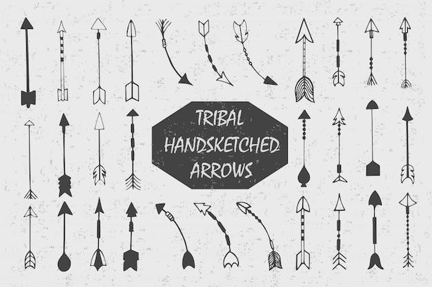 Hand gezeichnet mit der stammes- weinlese der tinte eingestellt mit pfeilen. ethnische illustration, traditionelles symbol der indianer.