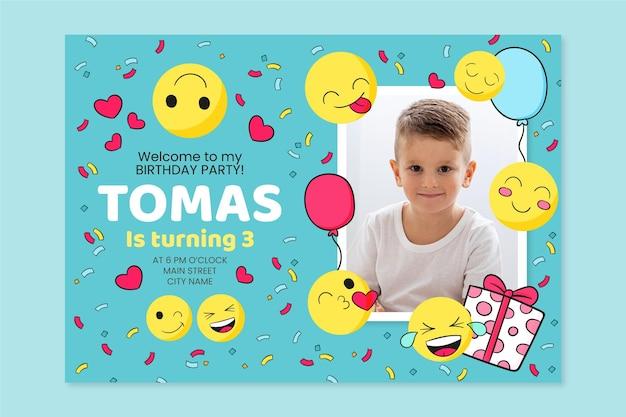 Hand gezeichnete emoji-geburtstagseinladungsschablone mit foto