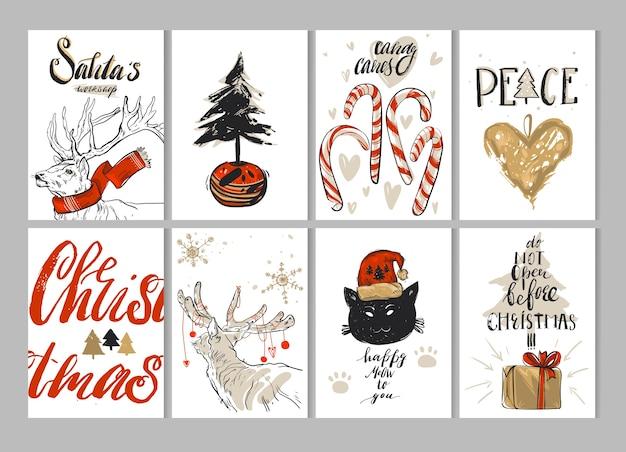 Hand gezeichnete frohe weihnachtsgrußkartenset mit niedlichen hirschen, katze, geschenkboxen, weihnachtsbaum im topf, lebkuchenherz, zuckerstangen, schneeflocken und modernen kalligraphiephasen lokalisiert auf weiß.