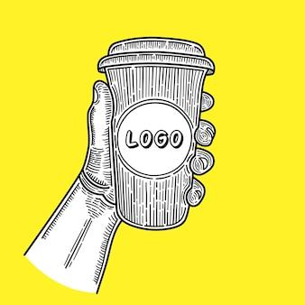 Hand gezeichnete hände, die tasse kaffee auf gelbem hintergrund halten. platz für ihr logo. skizzieren.