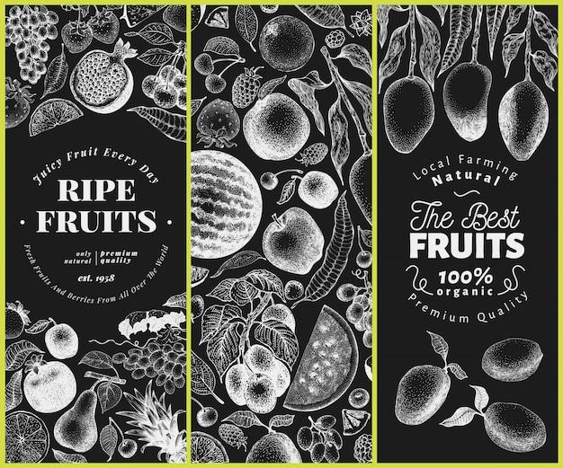 Hand gezeichnete illustration der früchte und beeren auf kreidetafel. retro graviertes stilset.
