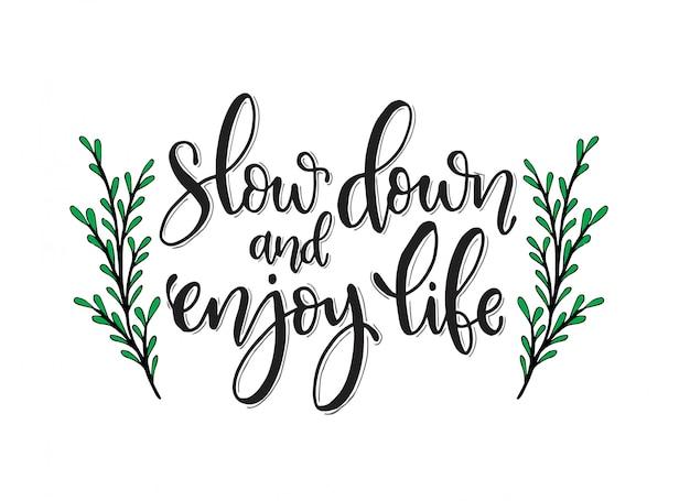 Hand gezeichnete inspirierende beschriftung. beruhige dich und genieße dein leben.