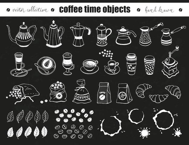 Hand gezeichnete kaffeezeitobjektsammlung. gekritzelkaffeekannen, tassen und taschen auf tafel.