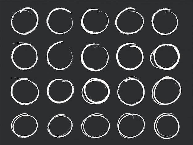 Hand gezeichnete kreidelinienzeichnung mit einem geometrischen kreis.