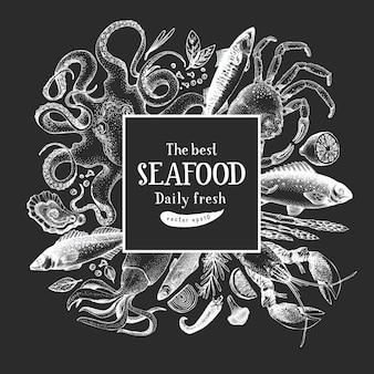 Hand gezeichnete meeresfrüchte-entwurfsschablone. vektor-krabbenfische und austernillustrationen auf kreidetafel. vintage marine hintergrund