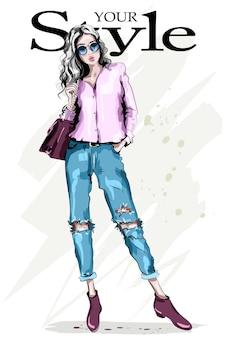 Hand gezeichnete modefrau in der sonnenbrille