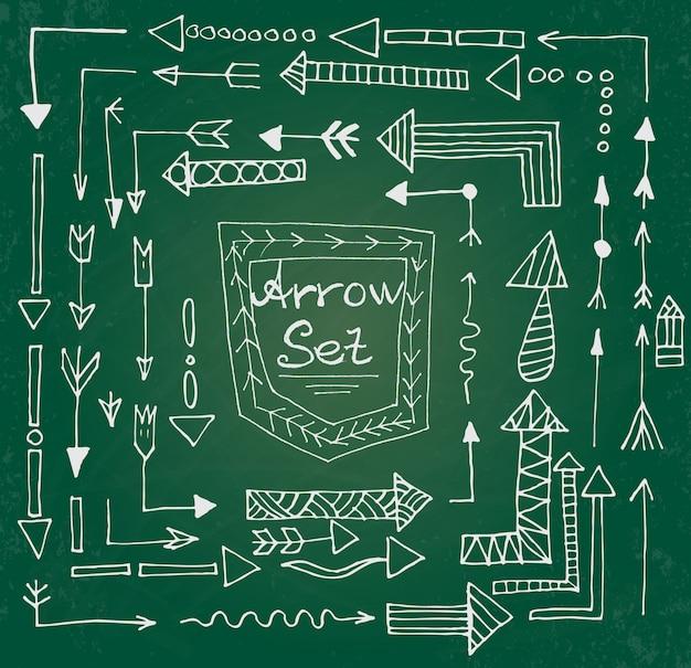 Hand gezeichnete pfeilikonen stellten auf grünes kreidebrett ein