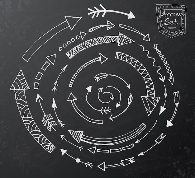 Hand gezeichnete pfeilikonen stellten auf schwarzes kreidebrett ein