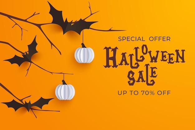 Hand gezeichneter halloween-verkaufshintergrund. horror-halloween-poster mit handbeschriftung und dekorationselementen. partyeinladung, karte oder banner mit handgezeichneter kalligraphie