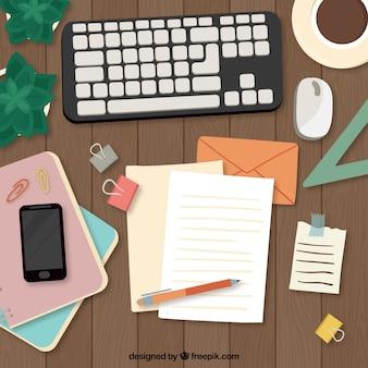 Hand gezeichneter schreibtisch mit tastatur und dokumenten