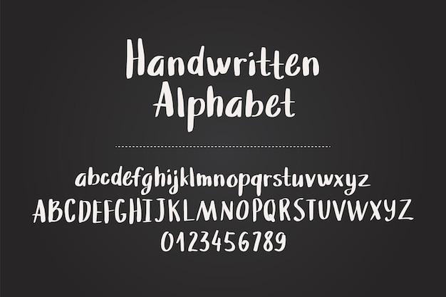 Hand gezeichnetes alphabet, buchstaben und zahlen auf tafel