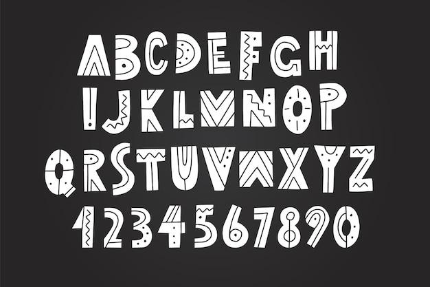 Hand gezeichnetes alphabet, buchstaben und zahlen auf tafelhintergrund