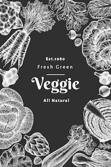 Hand gezeichnetes skizzengemüse. bio-frischwaren-banner-vorlage. retro gemüsehintergrund. botanische illustrationen im gravierten stil auf kreidetafel.