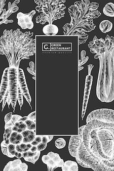 Hand gezeichnetes skizzengemüsedesign. bio-vektor-banner-vorlage für frische lebensmittel. retro gemüsehintergrund. botanische illustrationen im gravierten stil auf kreidetafel.
